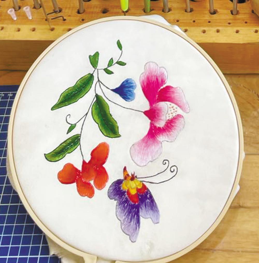 万德徒弟学绣的皮绣作品。 这是他们开展的新的皮艺项目。