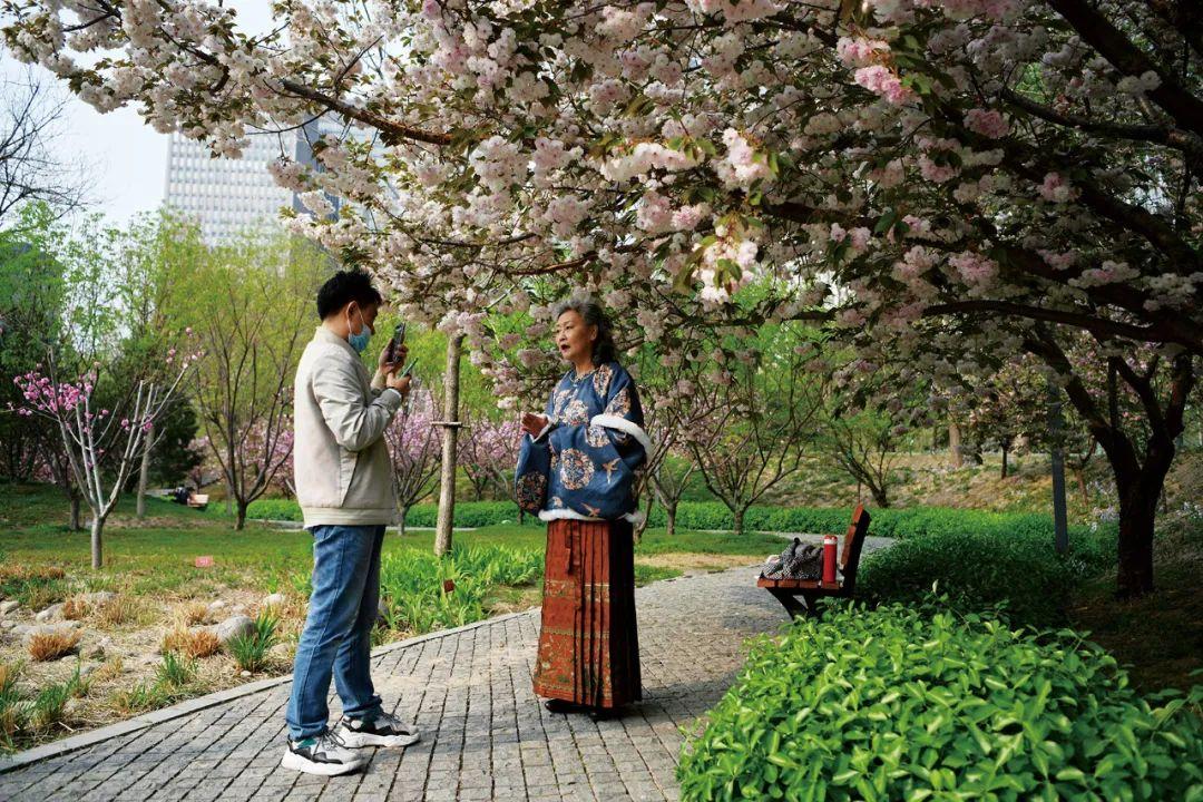 2021年4月,退休的网红大妈阮雅青正在为她的短视频账号录视频。/视觉中国