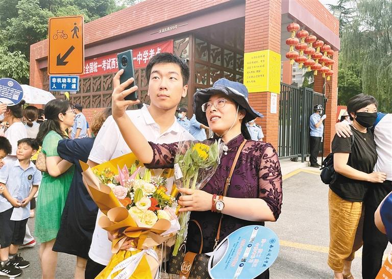 高考结束,家长迎接考生并送上鲜花。