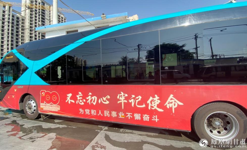 8路红色专线行驶而过 南永涛 摄