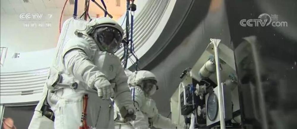据中国载人航天工程副总设计师杨利伟介绍,在空间站建造阶段,航天员将进行多次出舱活动,完成空间站航天器的维修维护及建造等任务。