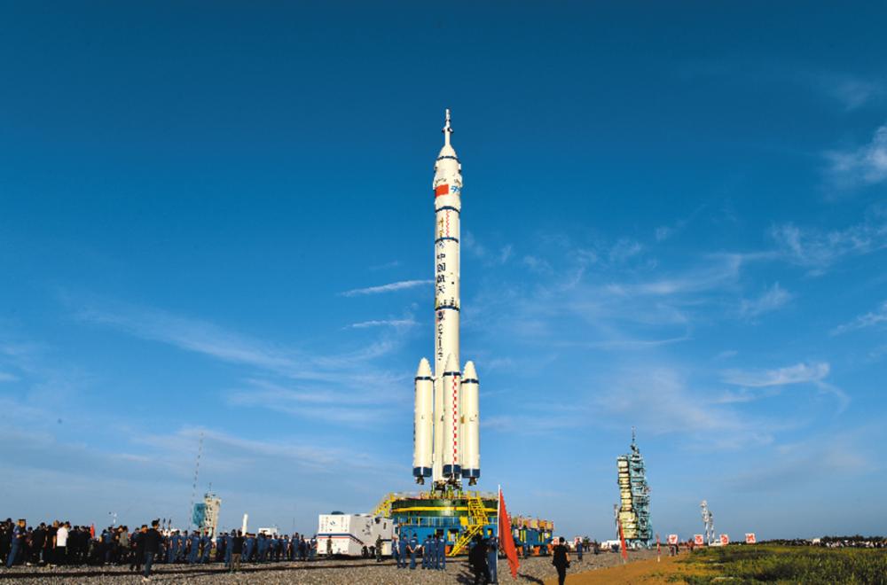 6月9日,神舟十二号载人飞船与长征二号F遥十二运载火箭组合体正在转运至发射区。新华社发