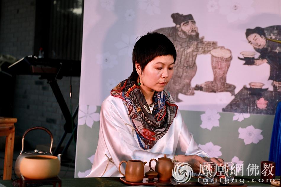 李昕桦作茶艺展示(图片来源:凤凰网佛教 摄影:太仓同觉寺)