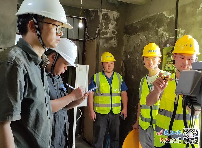 工作人员检查设备