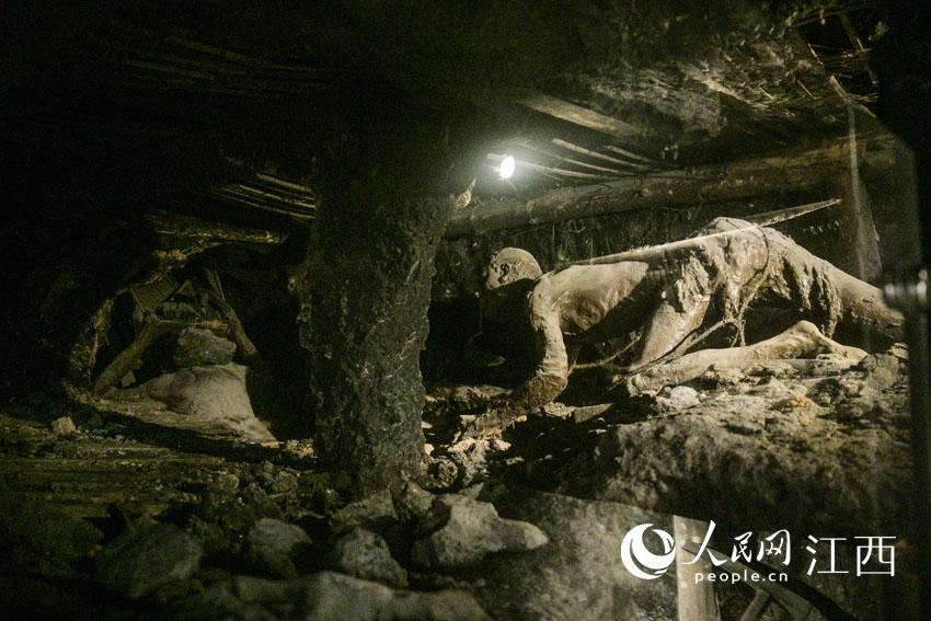 由四川美术学院创作的大型泥塑群,反映了安源矿工在井下劳动的情景。刘起福摄