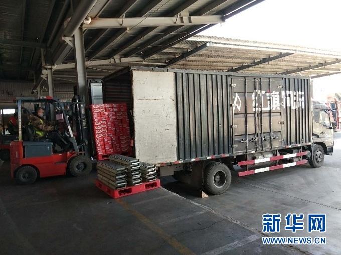 在兰州红旗物流有限公司仓储基地,车辆正在装运货物。(受访者供图)
