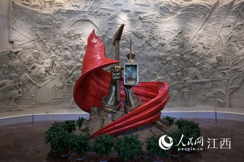 安源路矿工人运动纪念馆主雕塑,由两只大手、巨大的红旗和岩石组成。 刘起福摄
