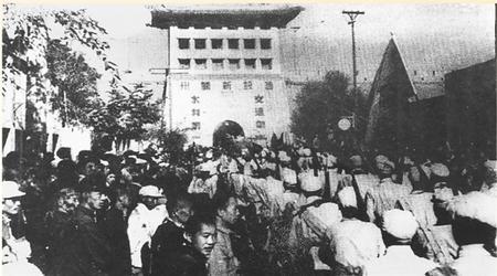 当年解放军第十九兵团部队由兰州东门进入市区的情景(翻拍图) 本版摄影:新甘肃·甘肃日报记者 张铁梁