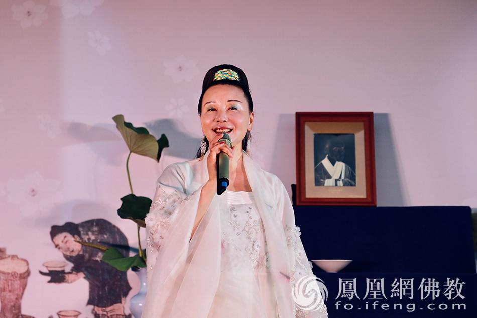 妙音天女敬善媛献唱《七碗茶》(图片来源:凤凰网佛教 摄影:太仓同觉寺)