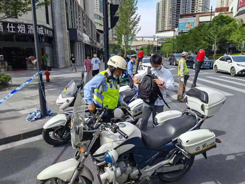 虹口分局民警用摩托车护送考生赴考。  本文图片均为虹口分局供图