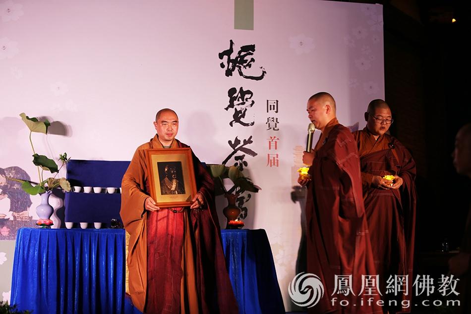传灯(图片来源:凤凰网佛教 摄影:太仓同觉寺)