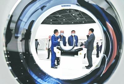 联影医疗武汉总部基地开园时,联影集团武汉展厅向客户展示最新全线医学影像与放疗产品。