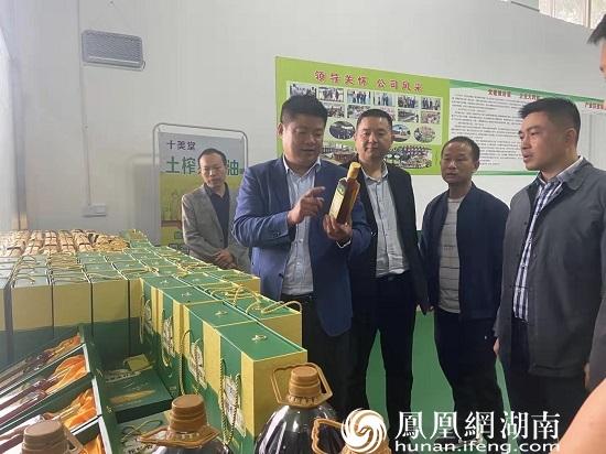 镇党委书记罗军初(左二)在万华油脂厂调研