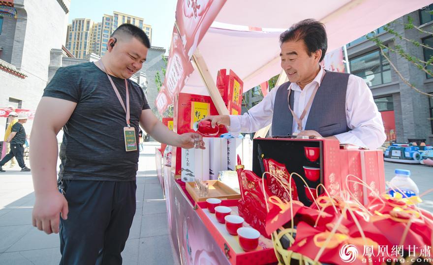 陇原特色文创产品吸引游人驻足 杨艺锴 摄