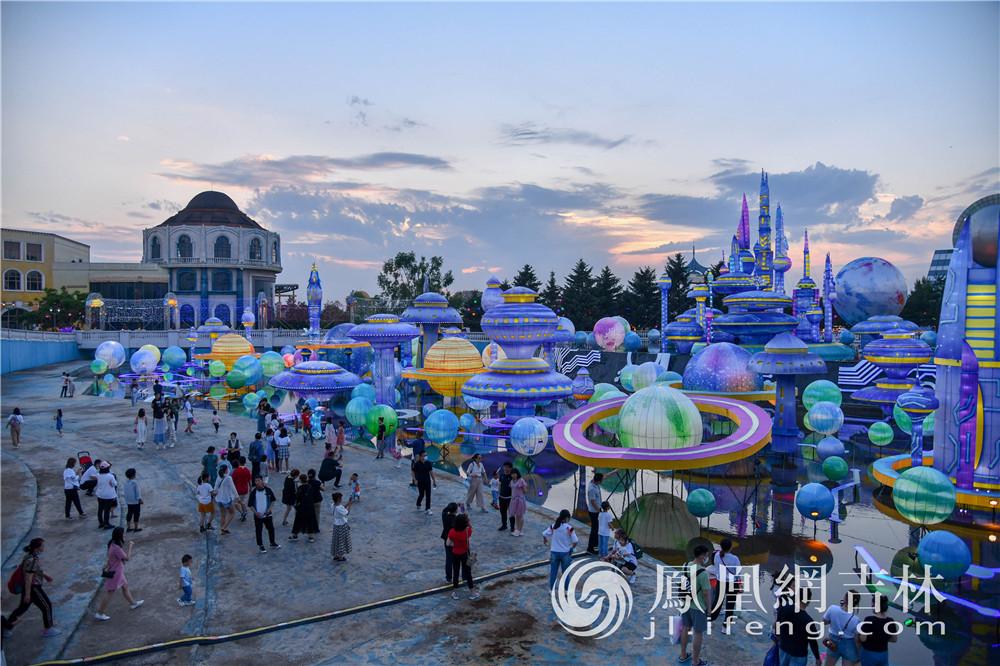 数千名游客齐聚长影世纪城。梁琪佳摄