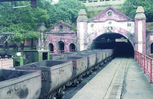 两辆小火车在江西省萍乡市安源区的总平巷口交错而行。刘旭/摄