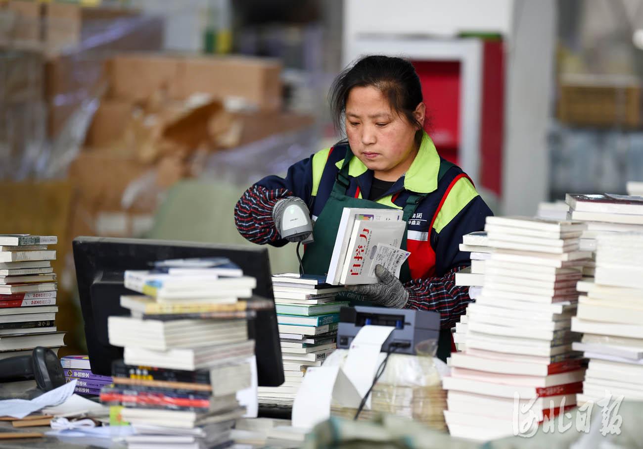 近日,在位于河北省永清县的全国工商联书业商会馆配图书联合现采基地,工作人员在核对订单信息。河北日报记者赵永辉摄影报道
