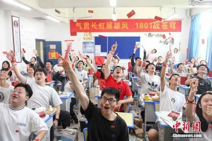 资料图:6月6日,湖南长沙同升湖实验学校教师与考生抛起红包迎接高考。杨华峰 摄