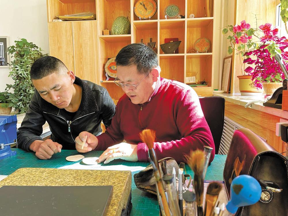 万德在教徒弟俄项传统皮艺手工技法