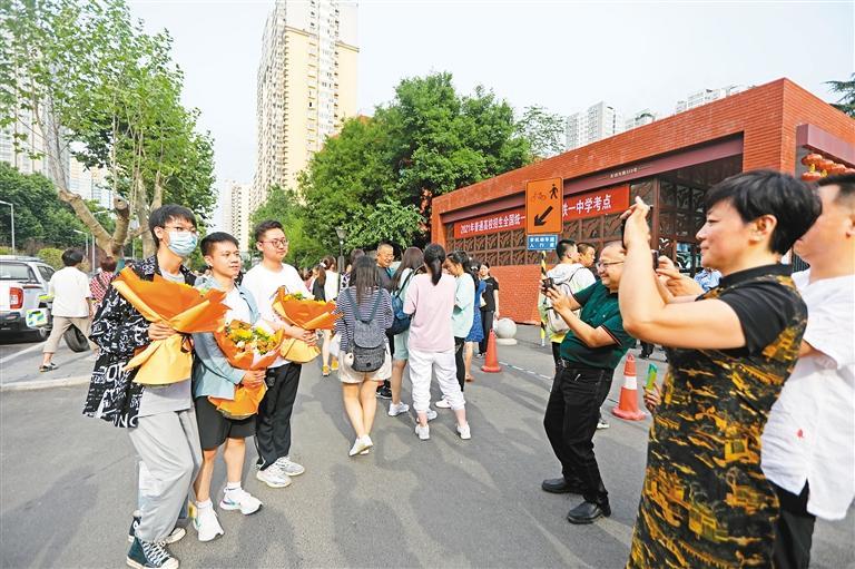 考生们手捧鲜花在铁一中考点合影留念。  本组图片由记者 王旭东 郝钟毓 摄