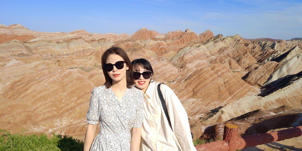 马向怡(右一)和朋友在张掖七彩丹霞景区游览、拍照(受访者供图)