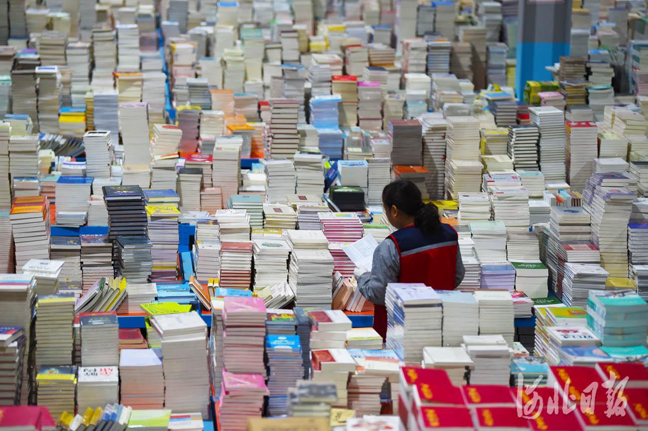 近日,在位于河北省永清县的全国工商联书业商会馆配图书联合现采基地,工作人员按照订单挑选配送图书。河北日报记者赵永辉摄影报道