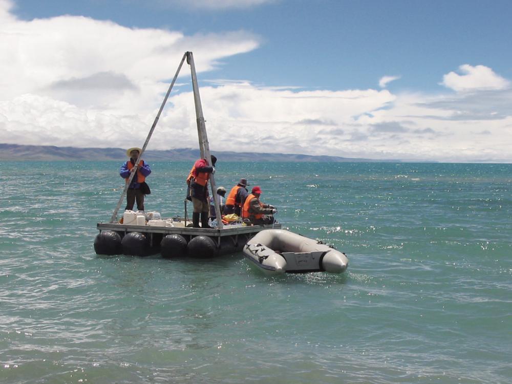 青海盐湖所科研人员在盐湖采样。