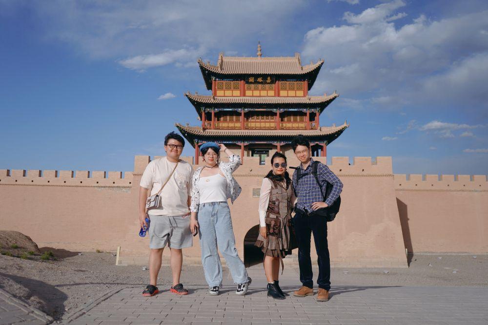 5月28日,王斌(右一)和朋友在嘉峪关关城景区游览。新华社记者 郎兵兵 摄