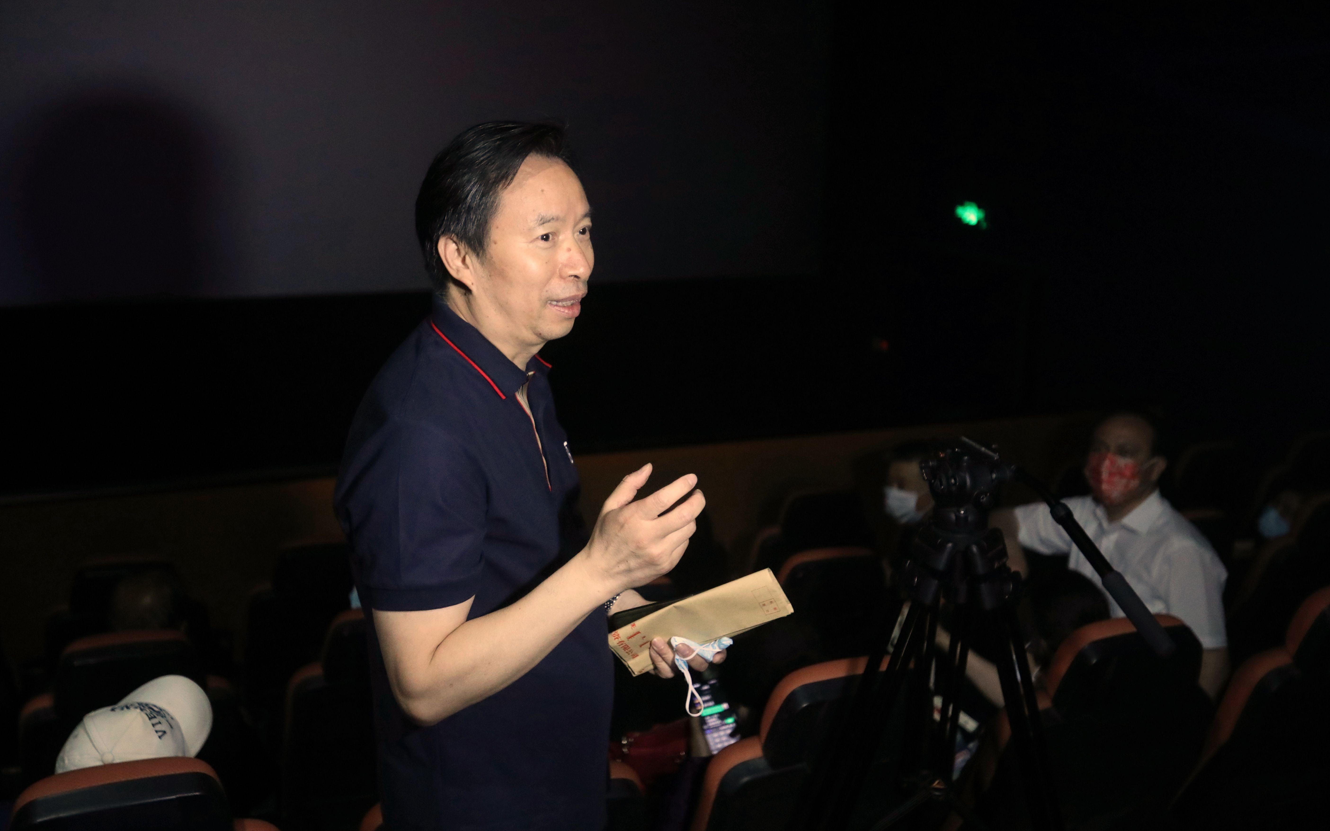 《岁月在这儿》总导演郭本敏在影院内和观众交流。新京报记者王嘉宁摄