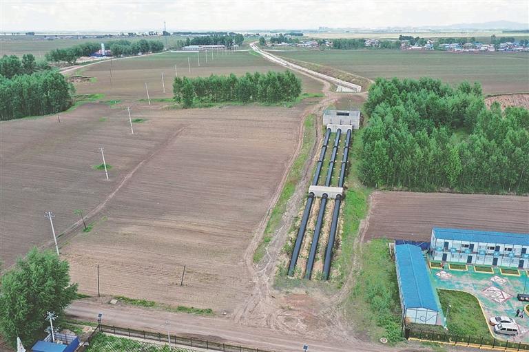 一级提水泵站与二级提水泵站间封闭式送水渠道绵延伸向远方。