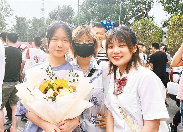 上大二的小王姑娘(右一)用鲜花迎接表妹。