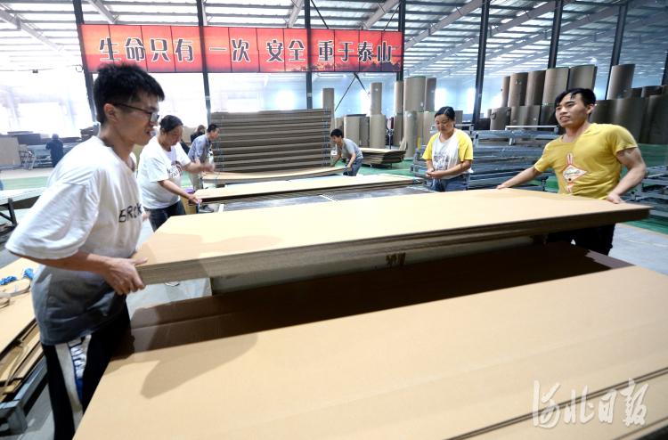 工人在河北省邢台市广宗县岳之峰包装科技有限公司生产车间包装产品。河北日报记者杜柏桦摄影报道