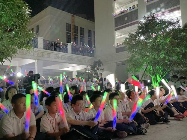 浙江北大附属台州书生学校师生集体喊楼为初三学子中考加油