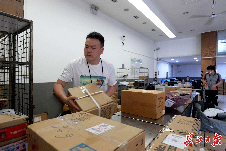 全国道德模范候选人、湖北顺丰速运硚口分部经理汪勇正在处理邮件。长江日报记者刘斌 摄