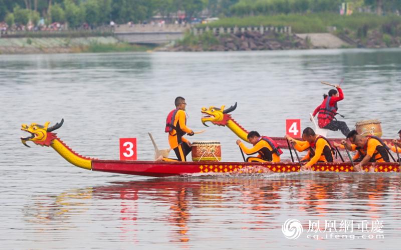 参赛选手在涪江上飞驰竞渡