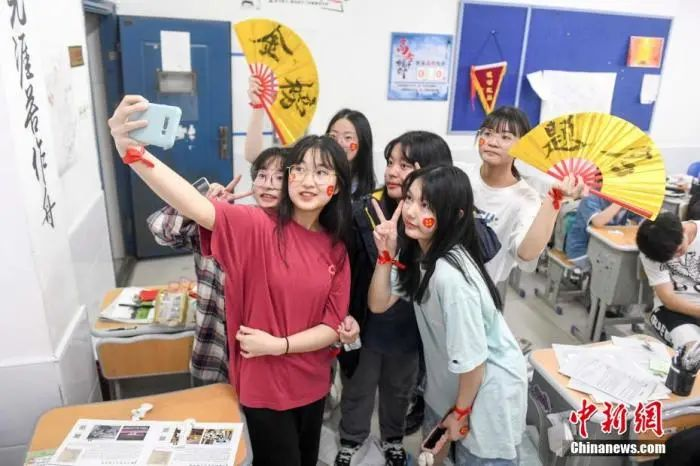 资料图:6月6日,2021年高考前夕,湖南长沙同升湖实验学校高三年级,考生们在教室内合影。杨华峰 摄
