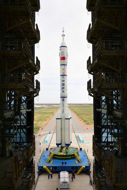 ↑6月9日,神舟十二号载人飞船与长征二号F遥十二运载火箭组合体正在转运至发射区。