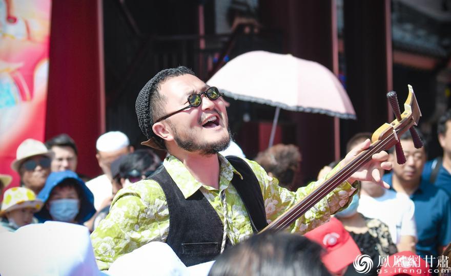 西北民谣歌手张尕怂现场表演风味民谣——花儿 杨艺锴 摄