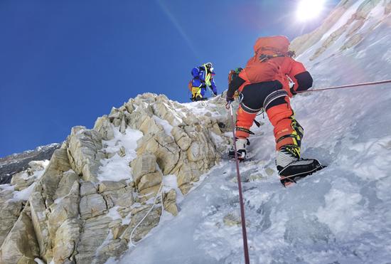 张洪在攀登珠峰过程中。放记录供图