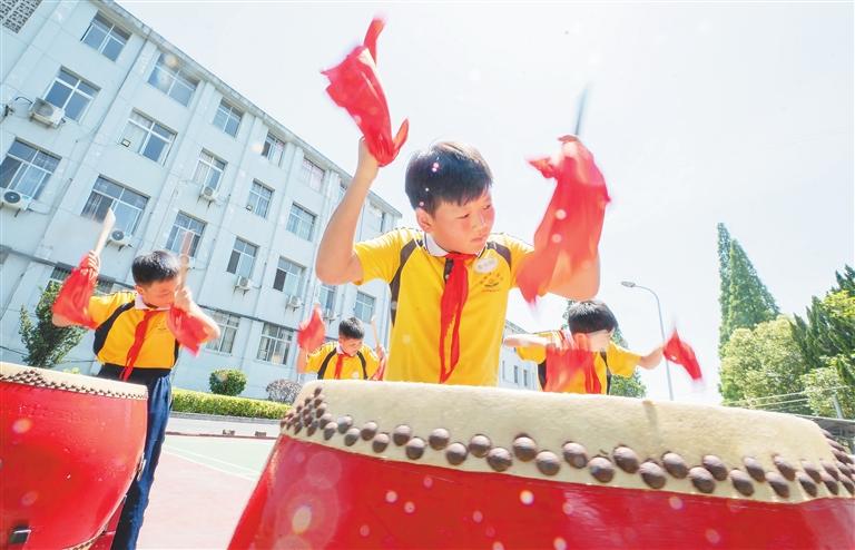 分宜县:威风锣鼓响校园(图)