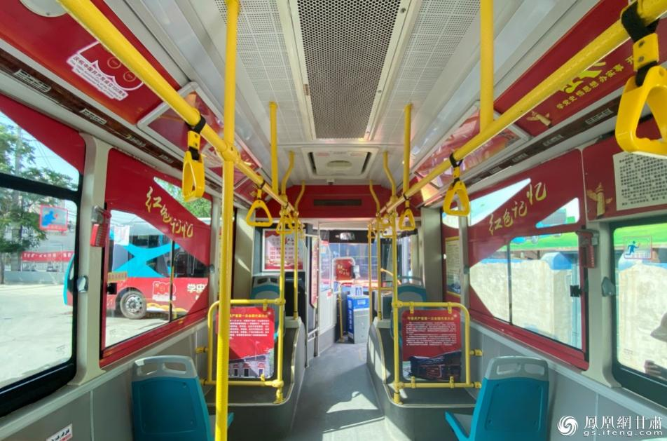 """8路红色专线车厢内,""""红色元素""""装点整个车间。南永涛 摄"""