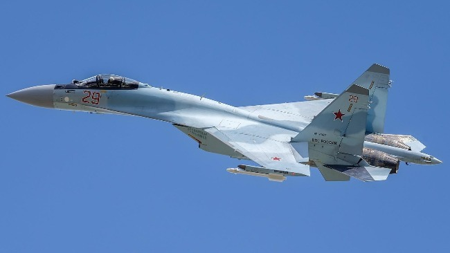 俄罗斯战机在太平洋上空伴飞美国侦察机