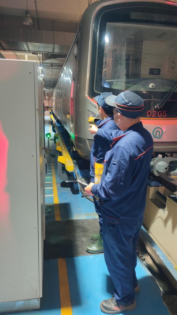"""地铁人的一天:车辆检修人 不拿手术刀也能做个好""""医生"""""""