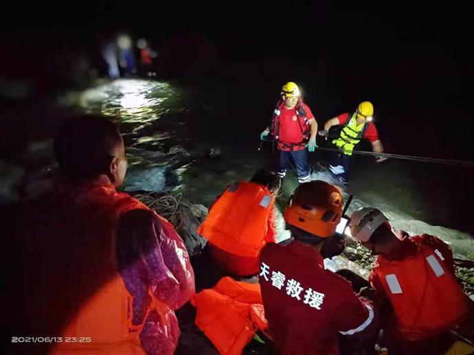 67名上海驴友因暴雨被困 救援队深夜施救