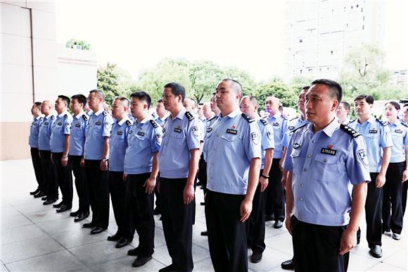 临海公安:发放吉利处警车  助力百年安保