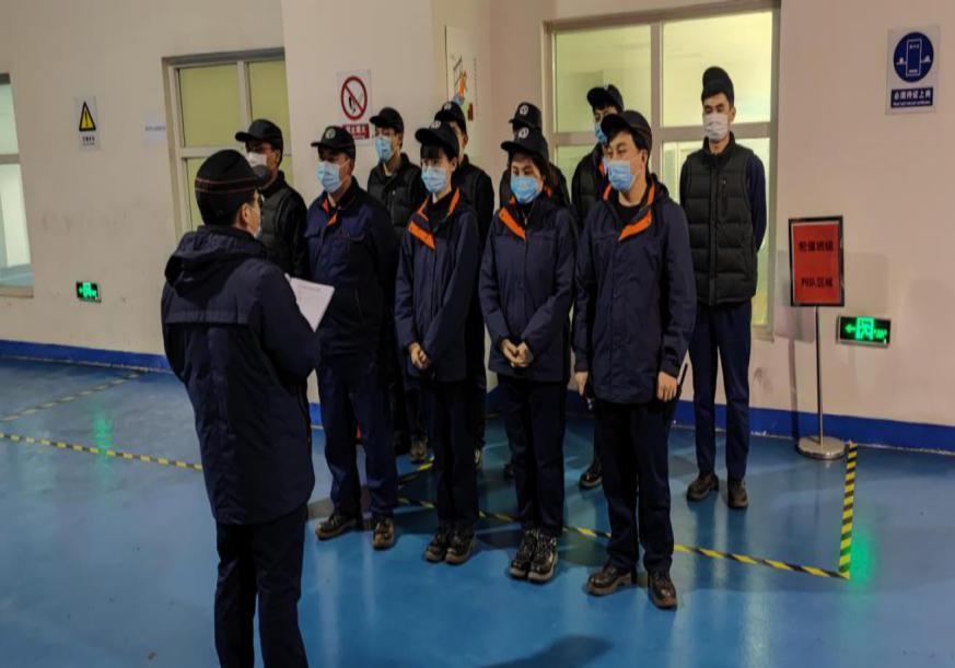 班组长带领班组员工进行班前安全喊话