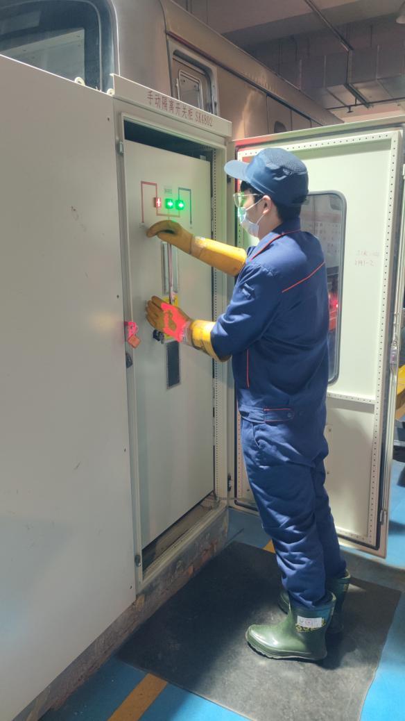 断送电人员进行高压股道送电作业
