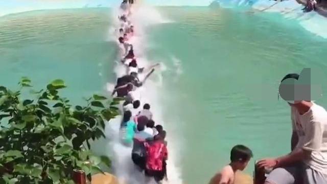 惊险瞬间!湖南一网红吊桥断裂20余人落水