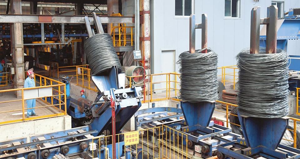 图为太钢直径6.5毫米N06625焊丝用盘条生产现场(山西日报)