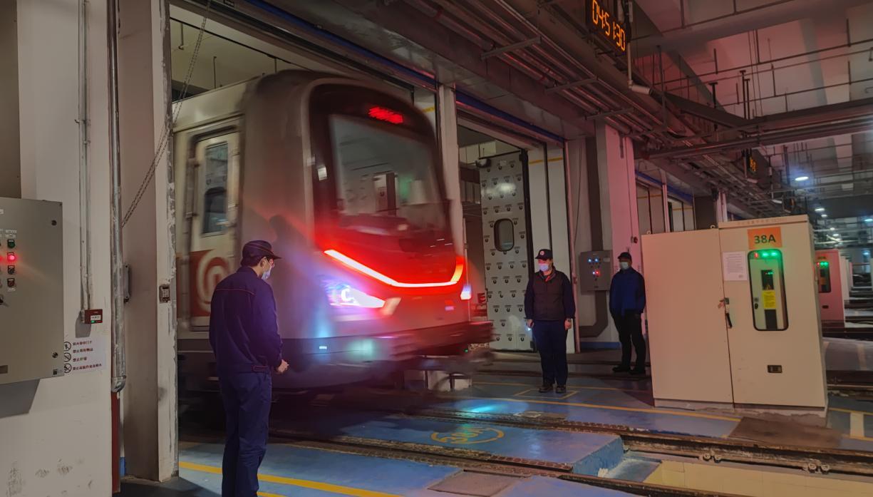 凌晨早发车人员确保列车安全平稳出库